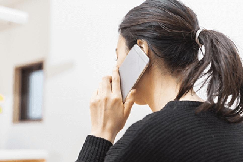 督促電話を受ける女性